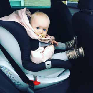 baby i bilen