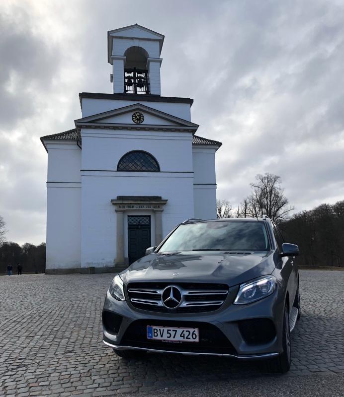Mercedes GLE foran kirke i gråmetal