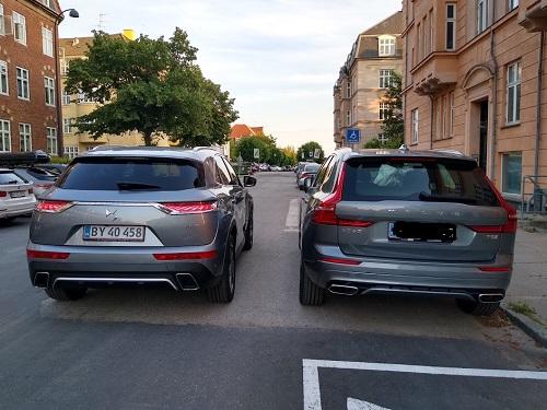 Sammenligning af Volvo XC60 og DS7 set bagfra