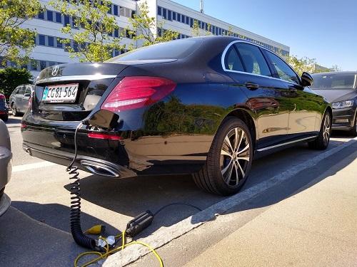 Biltest: Billede af opladning af Mercedes E 300 plug in med mormor stik