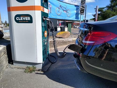 Biltest: Billede af opladning af Mercedes E 300 ved Clever el ladestander