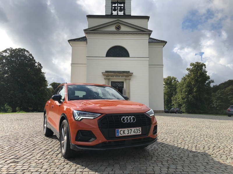 Audi Q3 foran Hørsholm Kirke