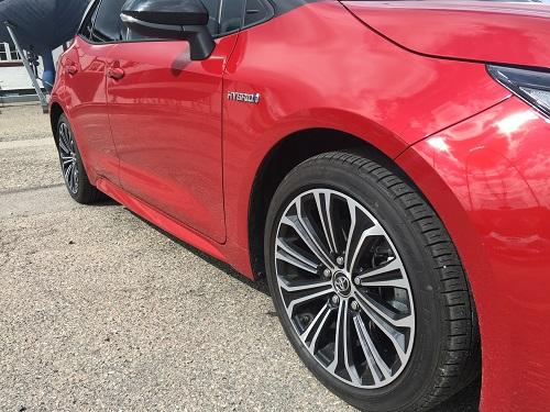 Toyota Corolla Hybrid side med lækre fælge