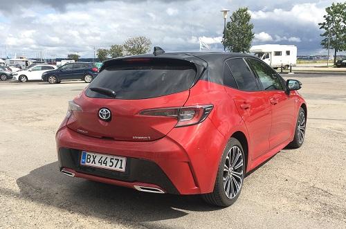 Toyota Corolla Hybrid bagparti med hajfinne-antenne og dobbelt udstødning