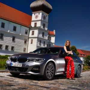 Karen Juhl foran BMW 3-serie
