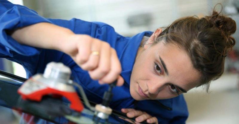 Kvinde arbejder i bilbranchen