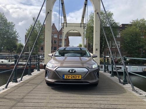 Hyudani Ioniq på en bro i Amsterdam