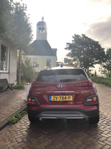 Hyundai Kona hybrid foran en kirke