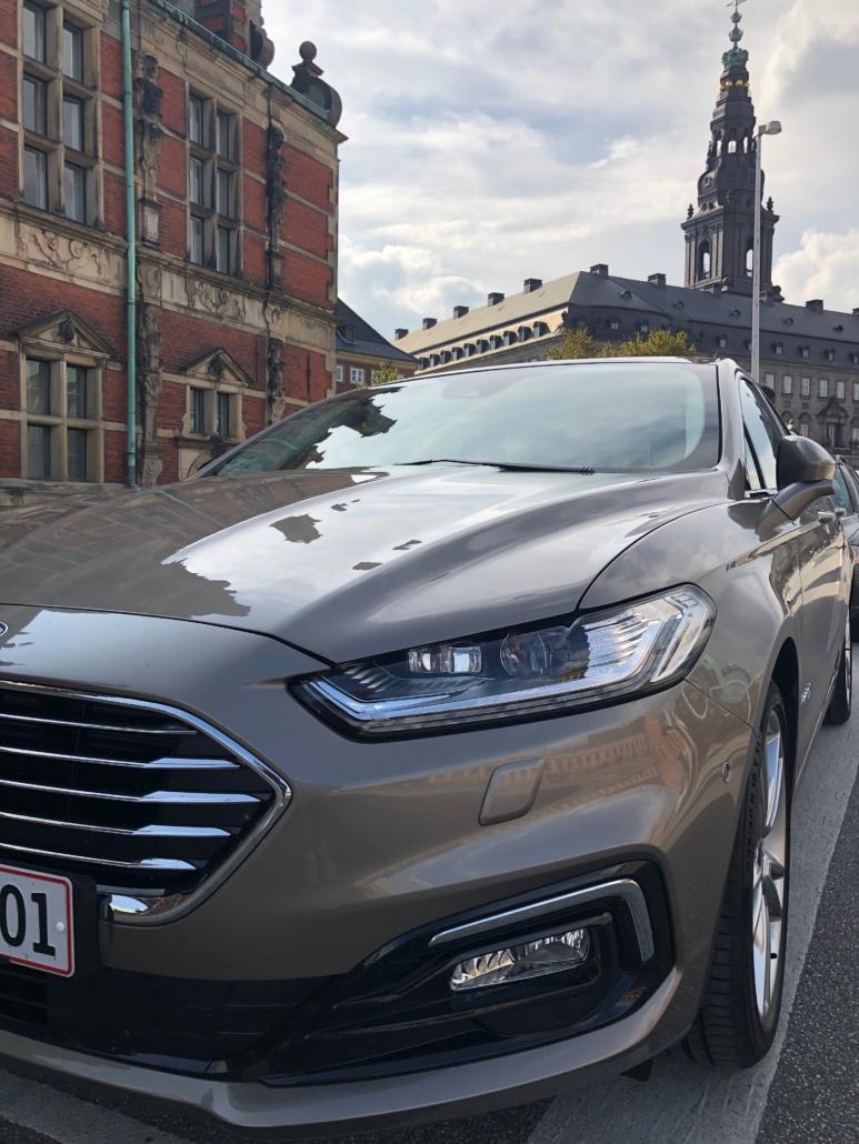 Ford Mondeo Hybrid foran Christiansborg og Børsen i København.