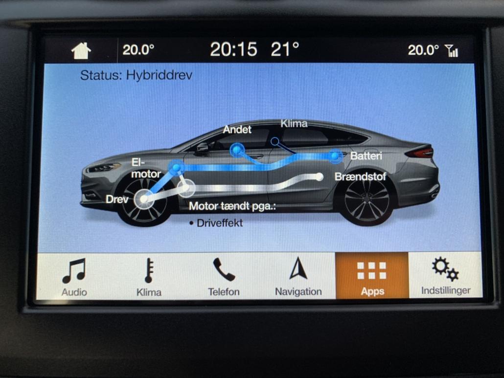 """8"""" touchscreen viser her, hvordan biler veksler mellem opladning, el- og benzinmotor."""