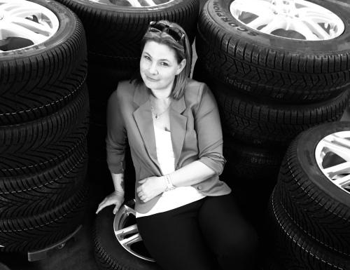 Lena Ankir sidder på dæk