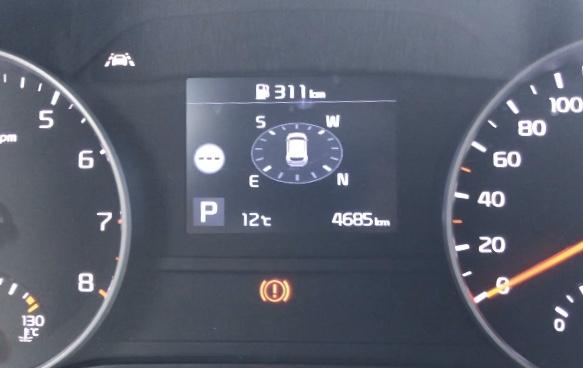 Display imellem speedometer og omdrejningstæller.
