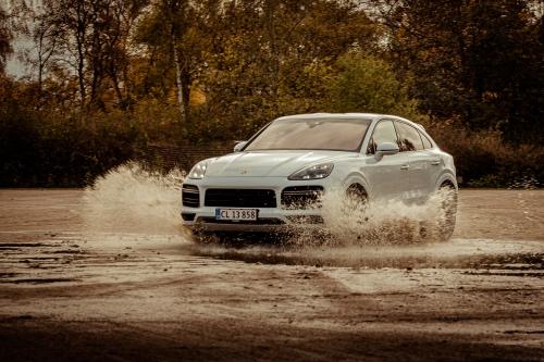 Cayenne kører gennem vand