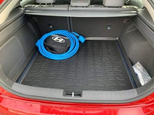 Hyundai Ioniq bagagerum med ladekabel