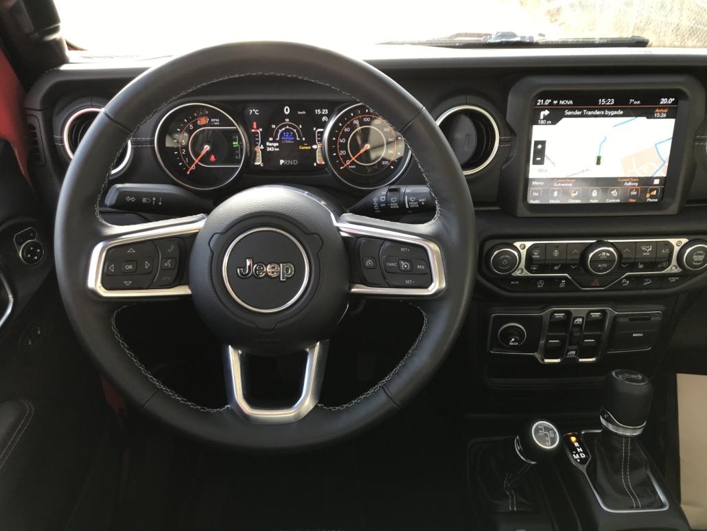 Instrumentbrættet og rattet med knapper både foran og bagpå.