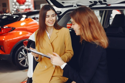 Sælgeren er altid frisk på en snak. Du kan også altid få sælgeren til at sætte regnestykket op for dig på en ny og en brugt bil