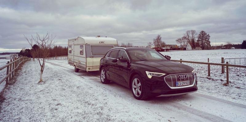 Audi e-tron på markvej med campingvogn på